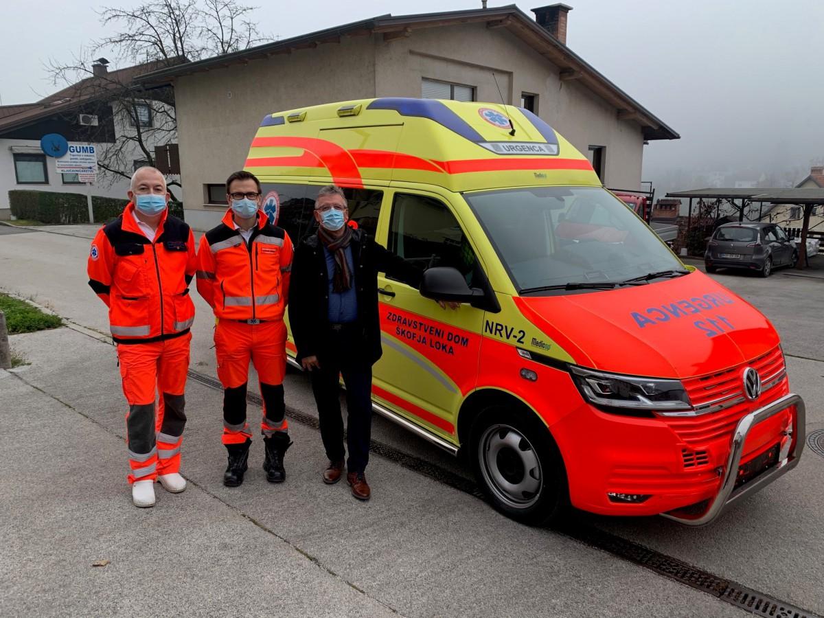 Vozilo so prevzeli direktor Zdravstvenega doma Škofja Loka Aleksander Stepanović, Primož Režek, vodja zdr. nege v NMP in Anton Debeljak, podžupan občine Gorenja vas - Poljane.