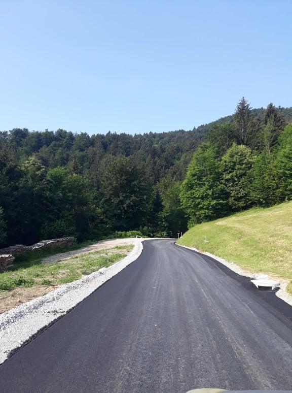 Asfaltiran 800 m dolg odsek od Ferjanovcove grape (ekološki otok) do Mežnarja.