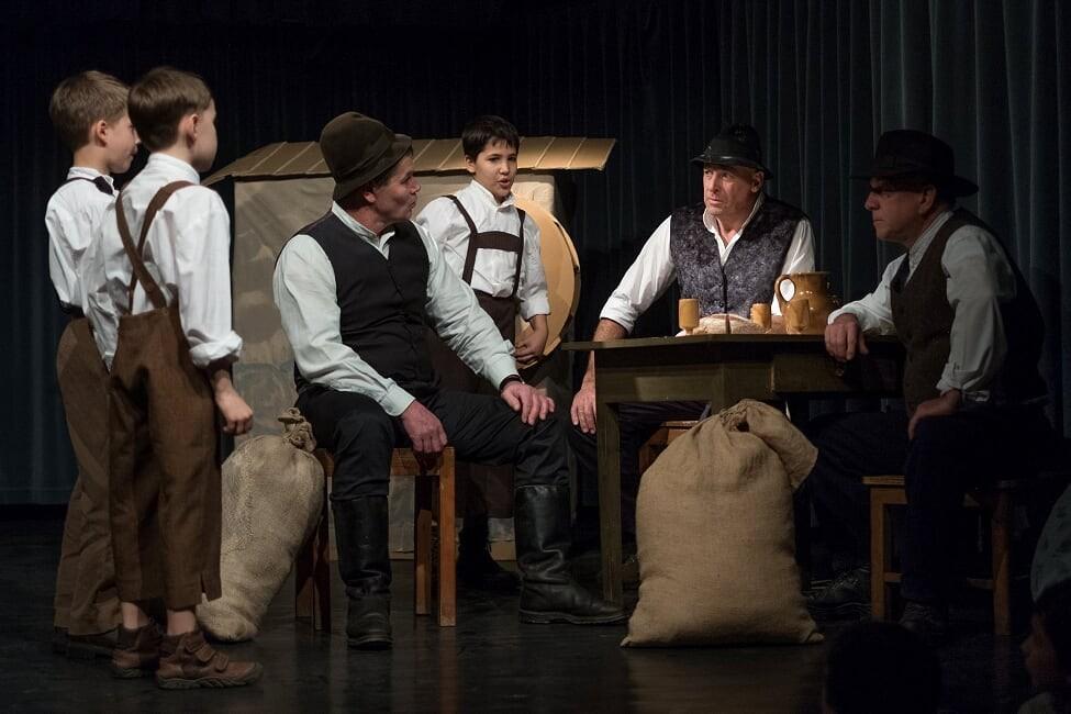Trije sinovi mlinarjev, Filip, Gregor in Primož, in njihovi očetje mlinarji