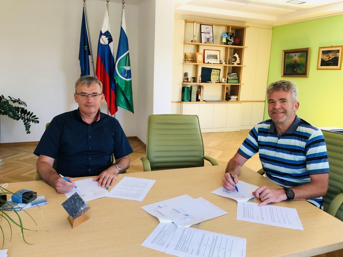Župan občine Gorenja vas – Poljane Milan Čadež in Stanislav Remic, direktor podjetja Gorenjska gradbena družba d.d., sta danes podpisala gradbeni pogodbi.