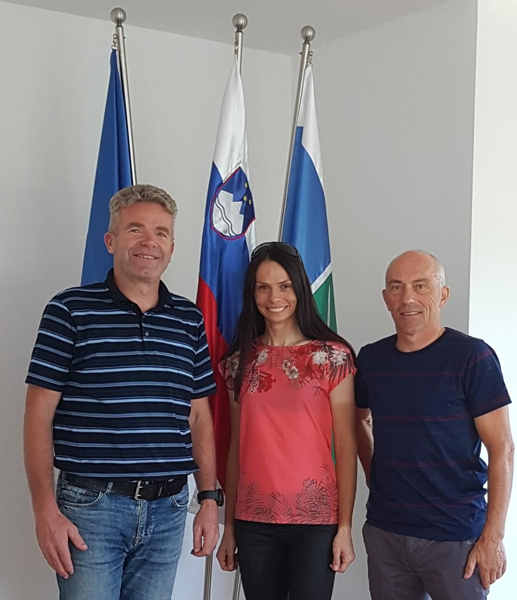 Gorazd Penko, direktor Maratona Franja BTC City v spremstvu Urše Pintar, letošnje državne prvakinje v cestni vožnji in župana Milana Čadeža