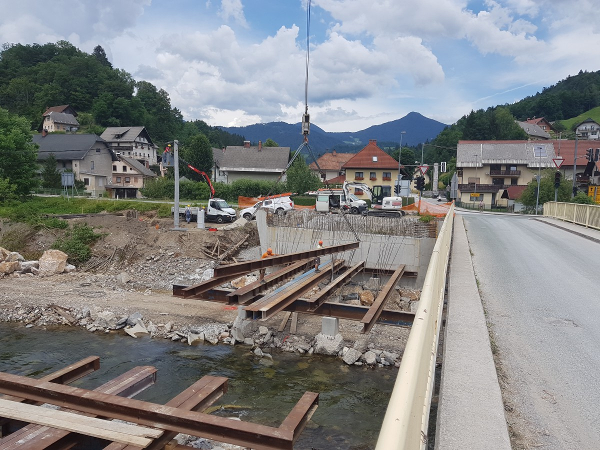 Izgradnja novega mostu v Poljanah lepo napreduje