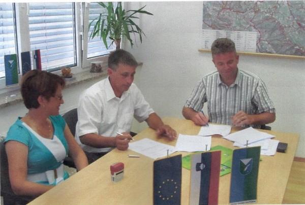 Novinarska konferenca s podpisom gradbene pogodbe »Kanalizacija Javorje«