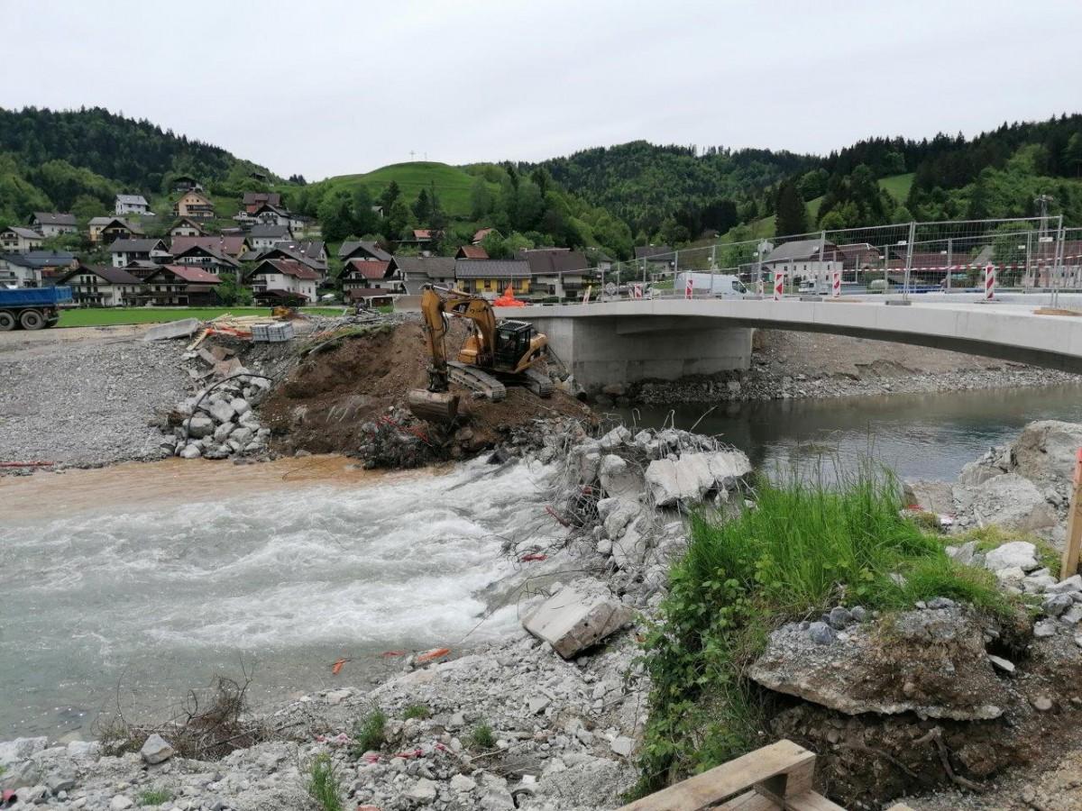 Rušenje starega mostu v Poljanah nad Škofjo Loko. Foto: Igor Kržišnik