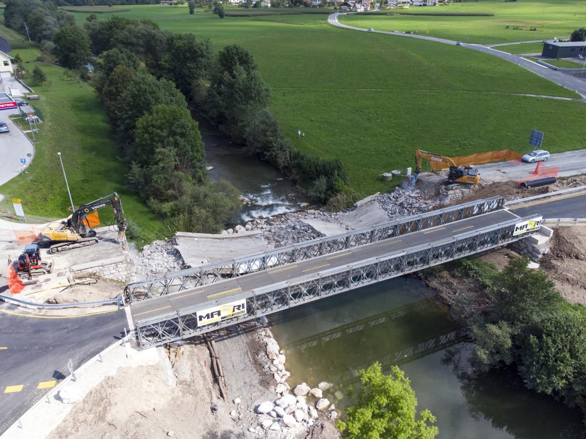 Pričetek gradnje novega mostu v Gorenji vasi. Foto: Vito Debelak