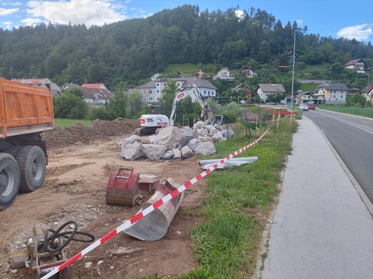 Začetek gradnje novega mostu v Gorenji vasi. Foto: Boštjan Kočar