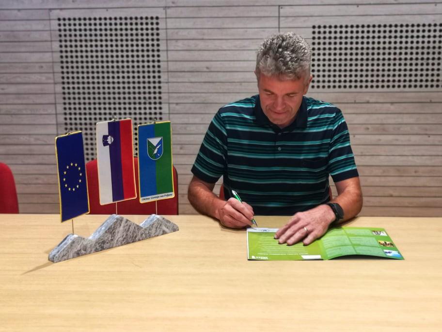 Župan Milan Čadež se je s podpisom zavezal k zeleni politiki za občino Gorenja vas - Poljane.